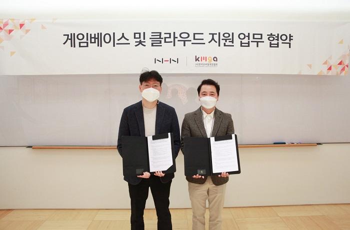 <사진 설명> NHN이 한국모바일게임협회와 함께 게임베이스 및 클라우드 지원을 위한 업무 협약식을 14일 진행했다.  (좌부터) NHN 게임플랫폼사업센터 이동수 센터장, 한국모바일게임협회 황성익 회장 순.